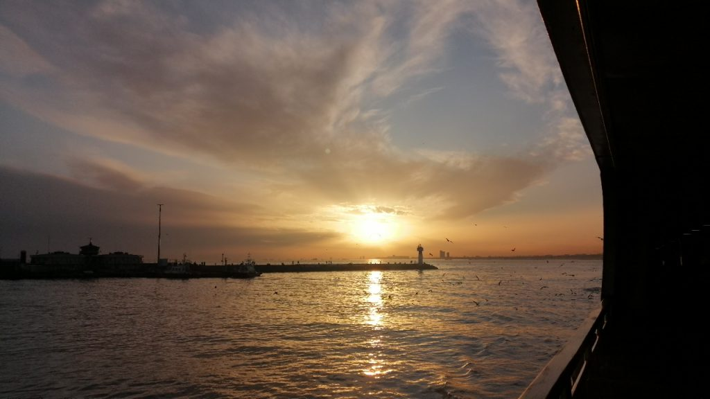 su, açık hava, sahil, günbatımı içeren bir resim  Açıklama otomatik olarak oluşturuldu